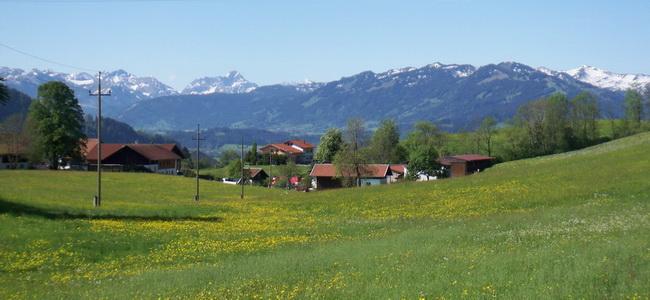Ort Kalchenbach Allgäu im Frühjahr