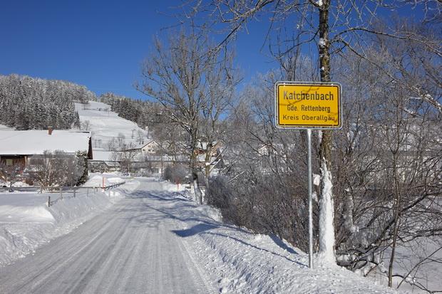 Ortseingang Kalchenbach bei Rettenberg im Allgäu